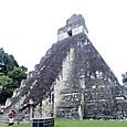 28ティカル遺跡 グランプラザから1号神殿を見上げる
