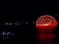 湖上の花火と遊覧船
