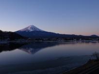 日の出前の逆さ富士