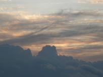 朝日に染まる雲