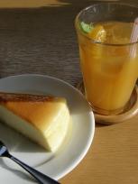 枇杷ドリンクとチーズケーキ