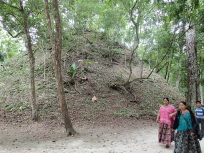 西のピラミッド