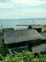海と黒い屋根瓦
