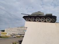 ホテルと戦車のモニュメント