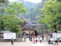 銅鳥居と拝殿と本殿