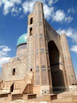 モスクの表玄関とドーム