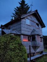 母屋の窓に映る夕日