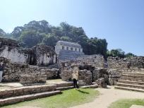 宮殿内部から見えた碑文の神殿