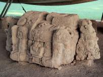 神聖文字の階段の前の祭壇