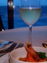 前菜とワインと海