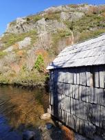 クレーター湖とボート小屋